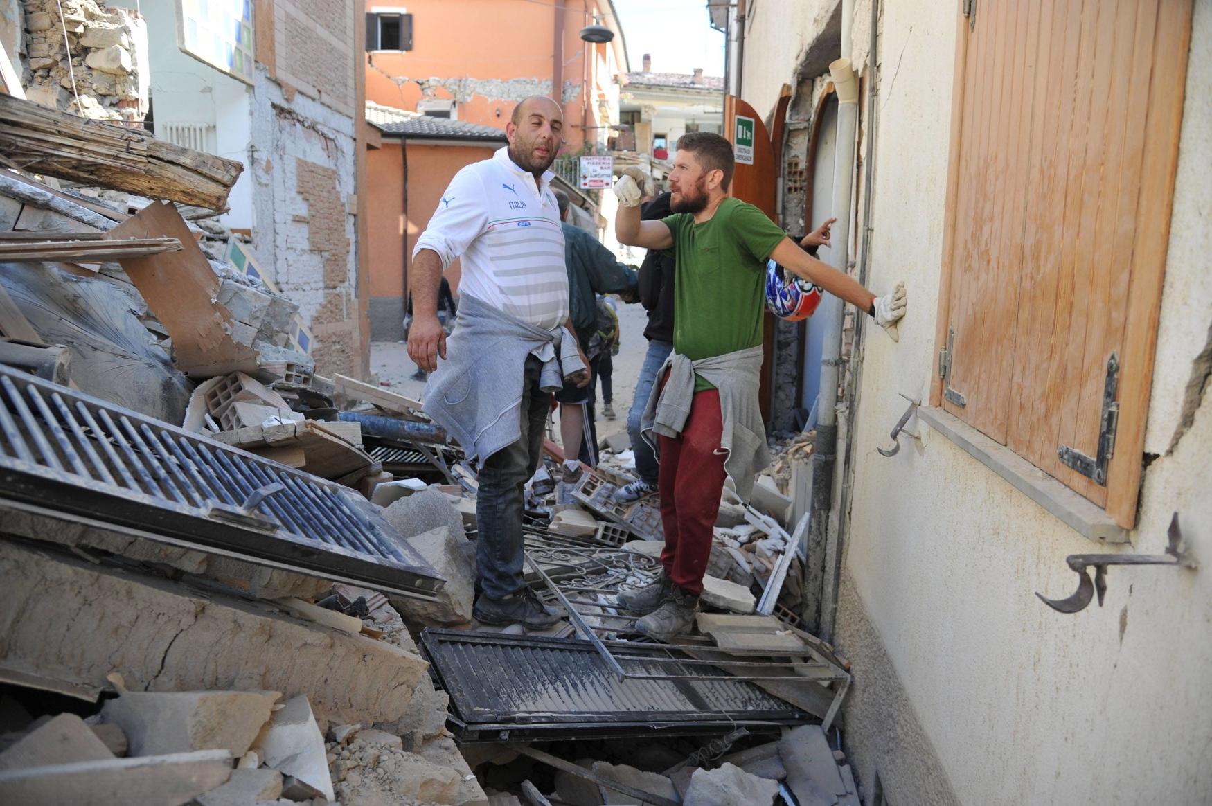 Trosky zřícených domů v ulicích Amatrice
