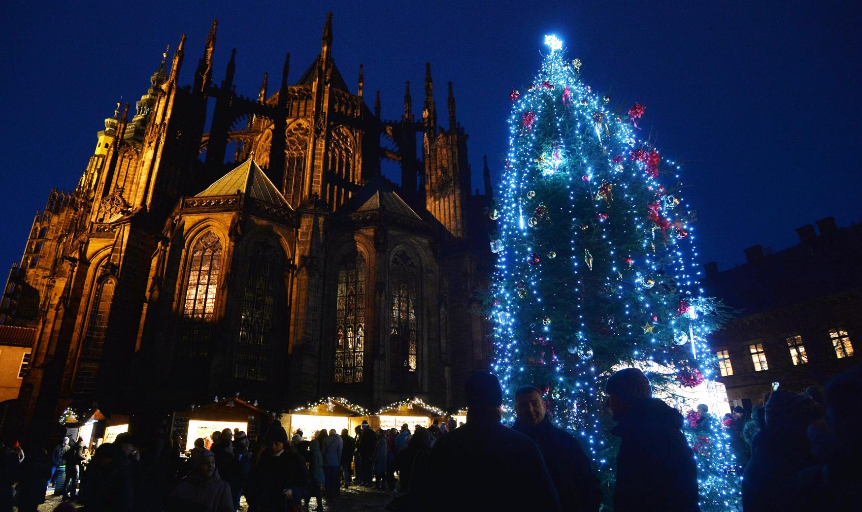 První dáma Ivana Zemanová rozsvítila vánoční strom na Pražském hradě