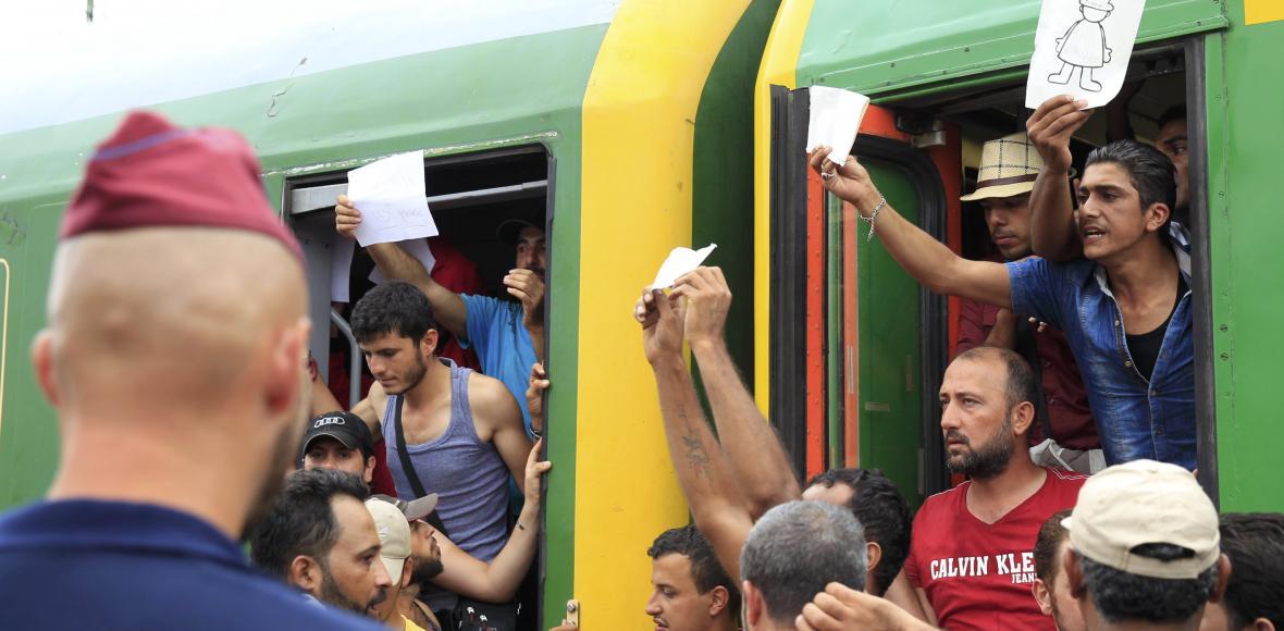 Past na uprchlíky? Na maďarském nádraží vypukly potyčky, média musela pryč