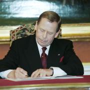 Prezident Václav Havel podepsal 26.února 1999 v Trůnním sále Pražského hradu listiny o přístupu Česka k NATO