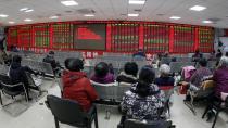 Finanční trhy v Asii začaly poklesem, později se ztráty zmenšovaly. Libra slábla