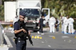 Policejní hlídky na promenádě v Nice