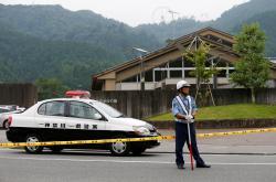 Japonská policie u ústavu pro mentálně choré