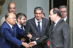 François Hollande při potřesení rukou s Dalilem Boubakeurem