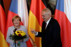 Český prezident vítá na Hradě německou kancléřku