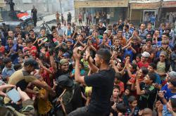 Obyvatelé města Karája oslavují osvobození