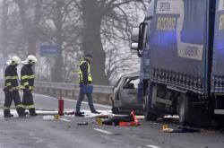 Srážku osobního a nákladního auta nepřežili tři lidé