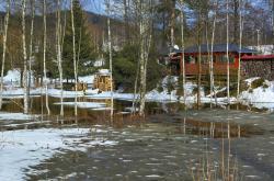 Potoky se vylévají z koryt a zaplavují louky a pozemky i v Krušných horách