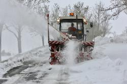 Sněhová fréza zprůjezdňuje silnici