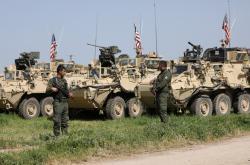 Americké obrněné vozy na syrsko-turecké hranici
