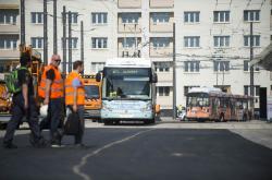 Novým terminálem projíždějí první trolejbusy