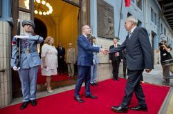 Rakouský prezident Alexander Van der Bellen a premiér Bohuslav Sobotka se setkali na pražském hlavním nádraží