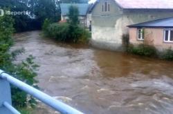 Rozvodněná Smědá v obci Hejnice