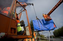 Odstraňování billboardu na dálnici D1 u Humpolce