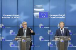 Jean-Claude Juncker a Donald Tusk na summitu v Bruselu