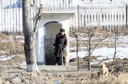 Severokorejský voják střežící hranici s Čínou