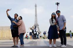 Turisti u Eiffelovy věže