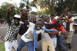 Lidé v ulicích Harare slaví Mugabeho rezignaci