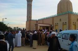 Lidé před mešitou po útoku teroristů