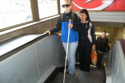 Instruktor mobility nevidomých zkouší jaké to je být slepý