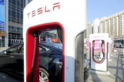 Mládek láká do Česka výrobce elektromobilů Tesla
