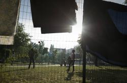 Děti migrantů hrající si v budapešťském parku