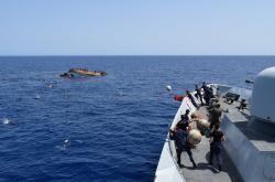 Dennodenně pobřežní stráž zachraňuje migranty