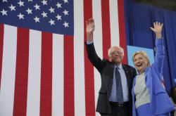 Bernie Sanders a Hillary Clintonová při společném vystoupení v rámci předvolební kampaně