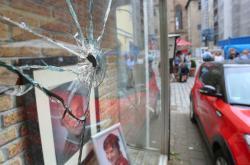 Rozbité okno poblíž místa exploze v německém Ansbachu