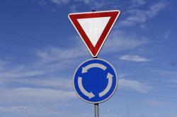 Provizorní kruhový objezd se letos už plnohodnotným nestane