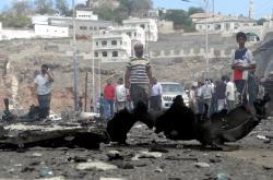 Následky jednoho z četných sebevražedných útoků v Jemenu