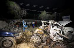 Ohořelé vraky aut po výbuchu před restaurací v Mogadišu z minulého týdne