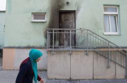 Jedna z náloží explodovala u vchodu do mešity