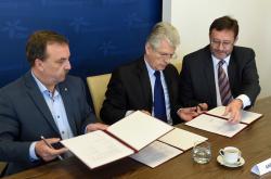 Oto Košta (hnutí ANO 2011) při podpisu koaliční smlouvy
