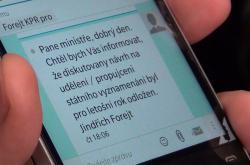 Ministr kultury Daniel Herman ukázal 23. října novinářům textovou zprávu, kterou podle svých slov dostal od ředitele hradního protokolu Jindřicha Forejta