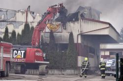 Speciální bagr likviduje vyhořelou halu v Horní Cerekvi