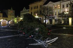 V České Lípě kvůli silnému větru spadl vánoční strom.