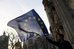 Muž s evropskou vlajkou před britským nejvyšším soudem