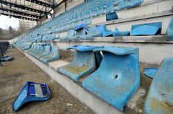 Opuštěný fotbalový stadion i po roce dál chátrá