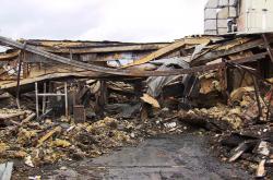Bourání vyhořelé haly ve Zvoli u Prahy