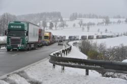 Kamiony v koloně na silnici směrem od Českého Krumlova do Černé v Pošumaví