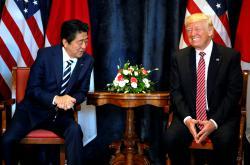 Šinzó Abe během setkání s Donaldem Trumpem