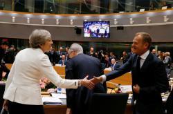 Theresa Mayová a Donald Tusk během jednání summitu EU
