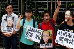Za osvobození Liou Siao-pa demonstroval v Hongkongu také studentský lídr Joshua Wong (druhý zleva)