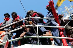 Migranti na lodi organizace Save the Children míří k italskému přístavu Crotone