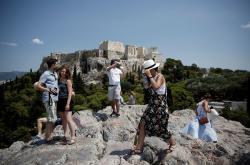 Turisté si přijeli do Řecka prohlédnout slavnou Akropolis v Athénách