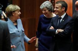 Angela Merkelová, Theresa Mayová a Emmanuel Macron během summitu