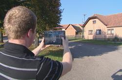 Terénní pracovník Sdružení místních samospráv Marek Komárek natáčí v Chmelné na Benešovsku.