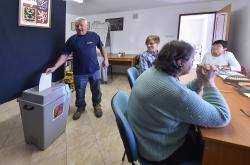 První lidé přišli do volebních místností krátce po 14. hodině