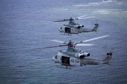 Americké vrtulníky UH-1Y v blízkosti základny Okinawa v Japonsku